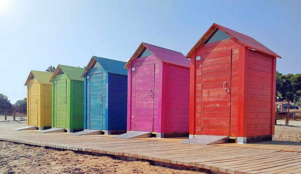 cabines de plages colorées sur une plage d'Espagne