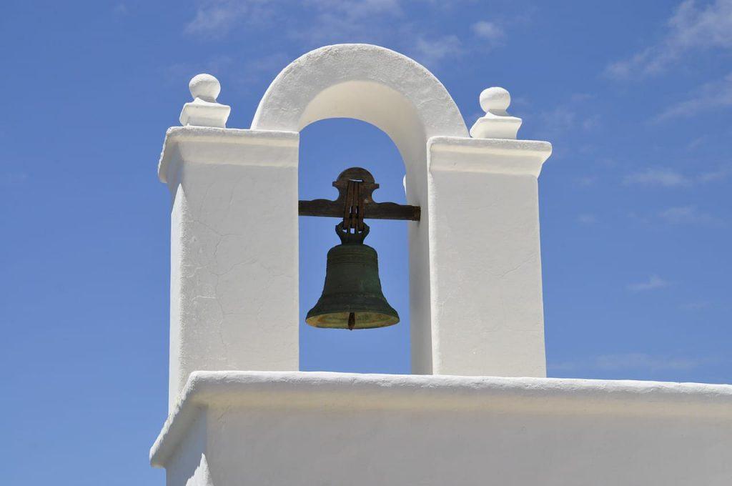 vue du clocher d'une église au sud de l'Espagne par beau temps