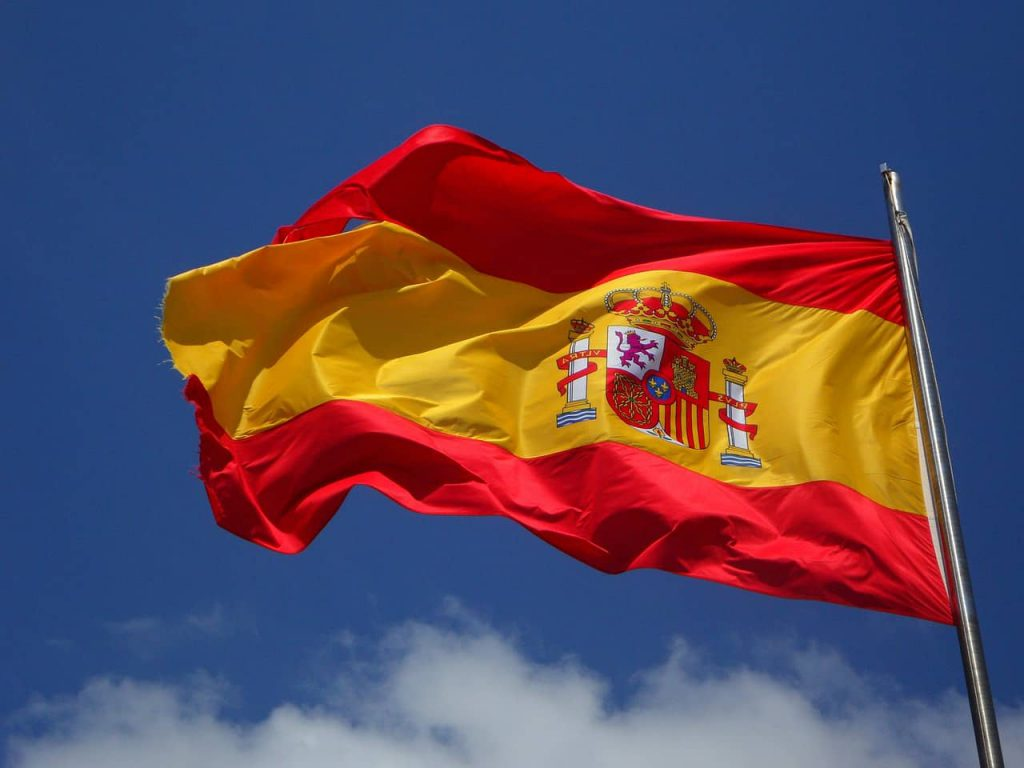 drapeau espagnol sur fond de ciel bleu