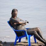 Homme profitant d'un bain de boue
