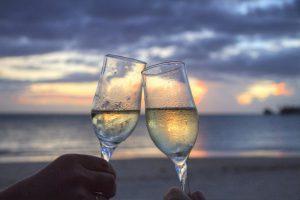 deux verres de champagne avec coucher de soleil