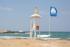 plage avec pavillon bleu