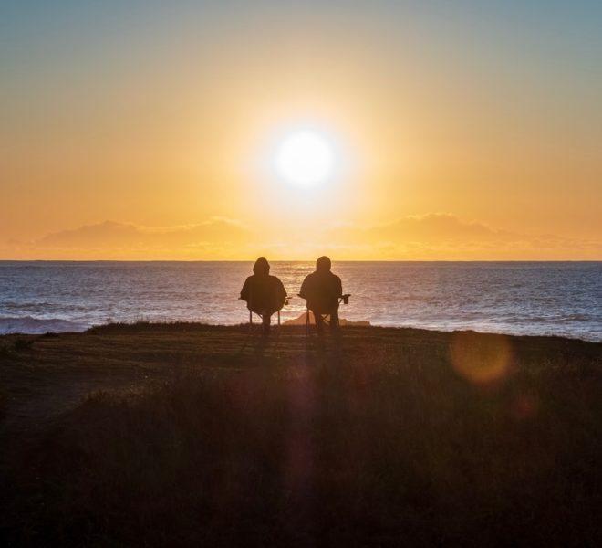 Couple à la retraite en Suisse au bord d'une plage espagnole