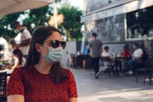 Femme portant un masque chirurgical anti coronavirus