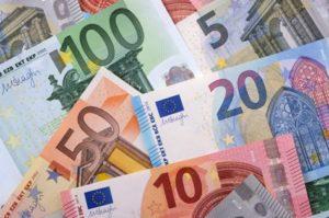 Billets de banque (euros). Avec une résidence secondaire en Espagne, travaillez moins pour gagner plus.