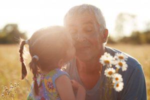 Un homme avec sa petite fille dans un champ.  Acheter une résidence secondaire en Espagne pour lui léguer un patrimoine.