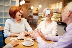 Amis autour d'une table faisant la fête et plaisantant autour d'un café