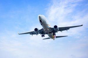 Avion volant dans un ciel bleu et magnifique soleil