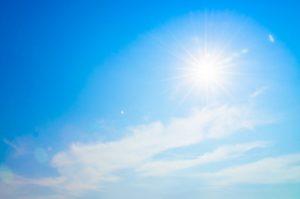 Ciel bleau avec beau soleil brillant