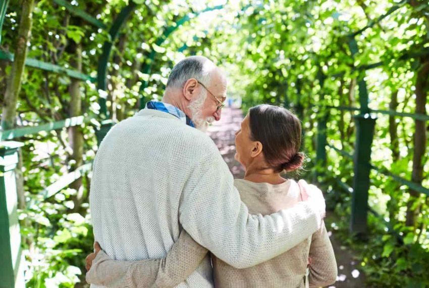 Couple d'amoureux dans un jardin à Alicante