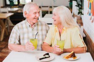 Couple d'un certain âge souriant et savourant profitant d'une retraite en Espagne bien méritée.