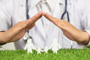 Docteur posant les mains sur un symbole d'une famille