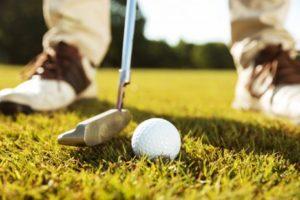 Golfeur homme s'apprêtant à taper la balle