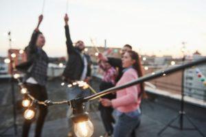Groupe d'amis faisant la fête sur le toit d'une maison