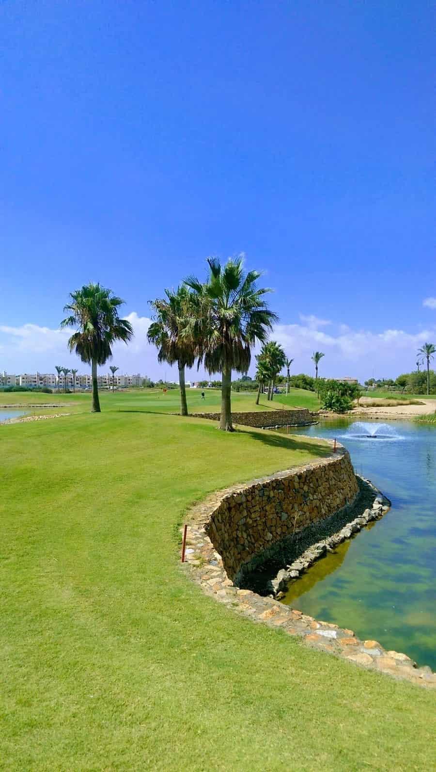 Roda Golf : 12ème green avec un plan d'eau à l'avant et à l'arrière