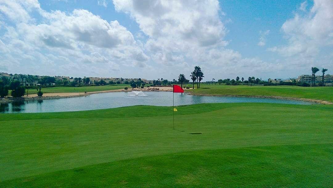 Roda Golf, 13ème green avec plan d'eau sur la droit et bunker sur la gauche