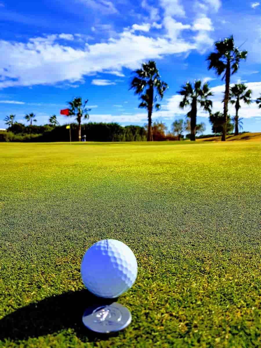 Roda Golf – 2ème green, bunker entourant l'avant et le côté droit du green