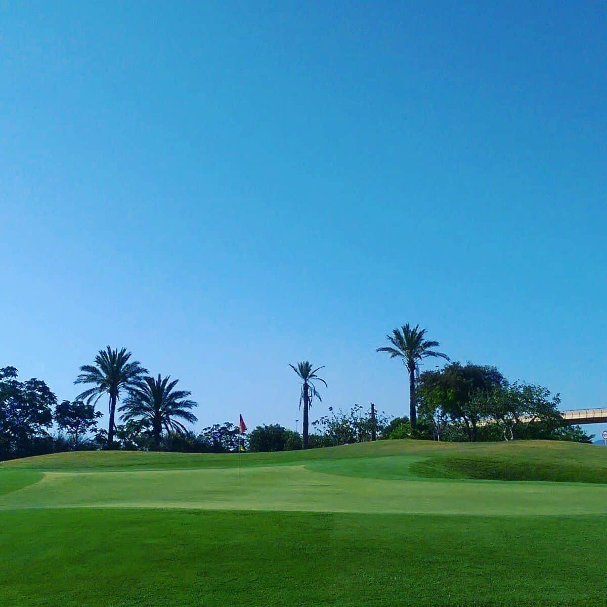 Roda Golf, 8ème green, à deux niveaux, avec bunkers sur les côtés droite et gauche